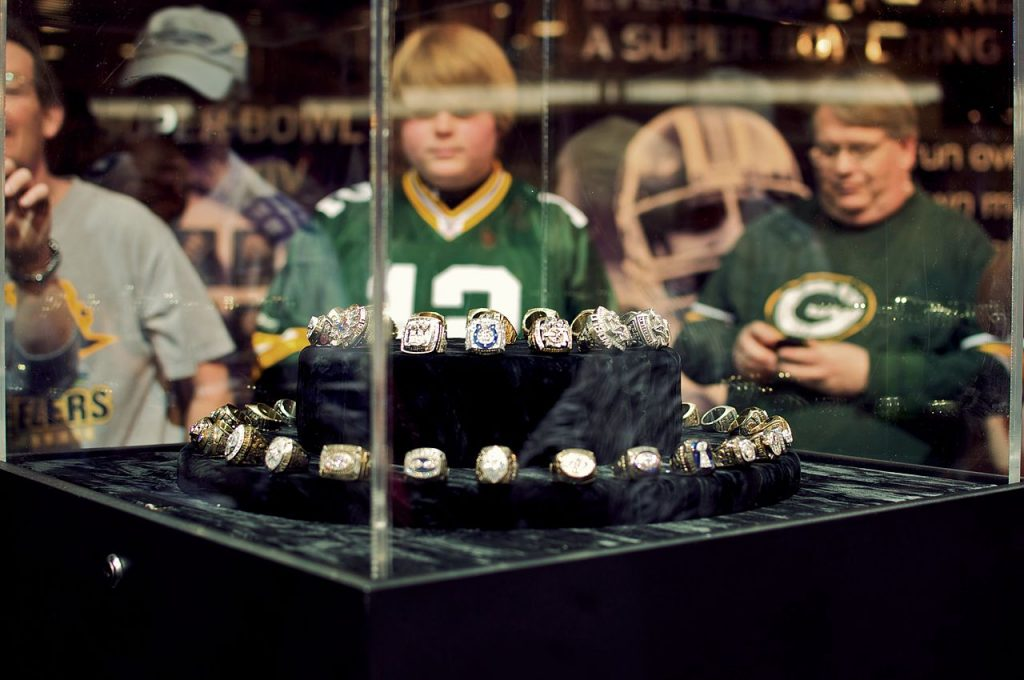 1280px-Super_Bowl_rings_on_display
